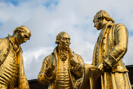 Gilded bronze statue of Matthew Boulton, James Watt and William Murdoch by William Bloye and Raymond Forbes-Kings. Also known as the Golden Boys, or The Carpet Salesmen Editöryel