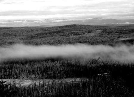 montagnes sauvages par un matin brumeux Banque d'images