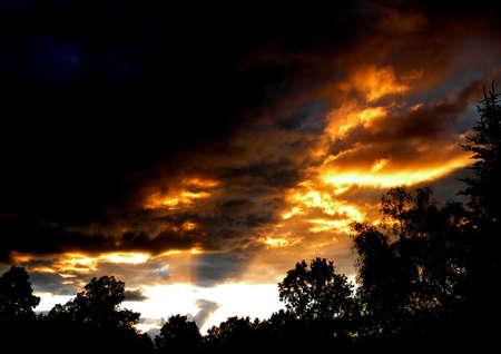 Les rayons du soleil briller � travers la couverture nuageuse �paisse