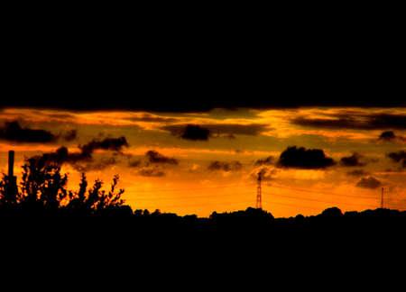 un coucher de soleil magnifique sur les lignes �lectriques et les champs