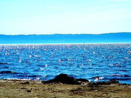 bleu brillant de la mer avec les montagnes en arri�re-plan