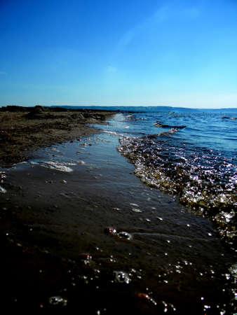 bulles et des vagues sur une plage tranquille