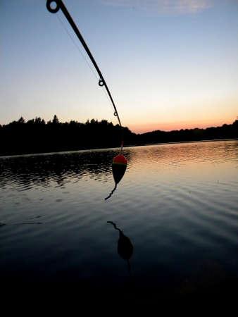 un flotteur pend d'un bateau au coucher du soleil