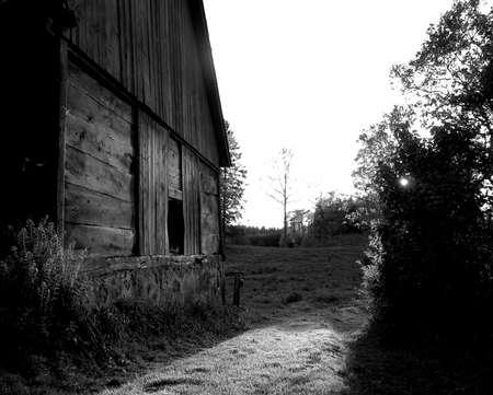 coucher de soleil sur un vieux b�timent dans une ferme