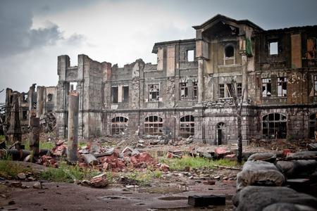 verlaten huizen en verwoeste stad nat en modderig