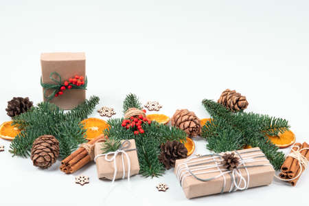 Beautiful, natural, reusable and zero waste composition of christmas objects with craft presents. Standard-Bild
