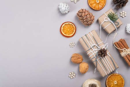 Beautiful, natural, reusable and zero waste composition of christmas objects. Standard-Bild