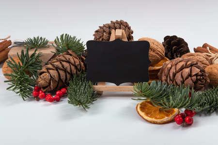 Schöne Neujahrskomposition mit Holztafel für SMS mit Kreide. Standard-Bild