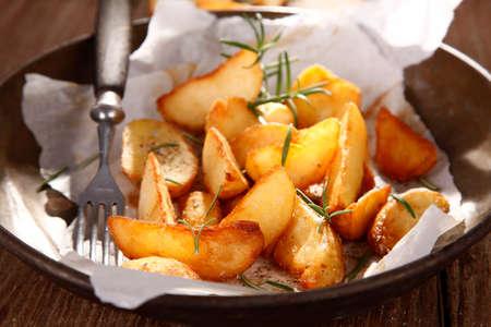 tomillo: Patatas cocidas al horno con tomillo Foto de archivo