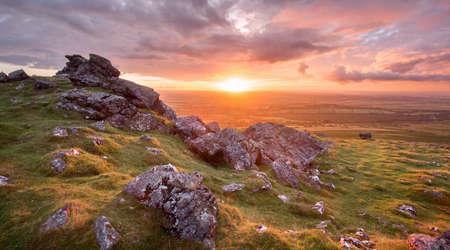 zachód słońca z Sourton tor dartmoor devon uk
