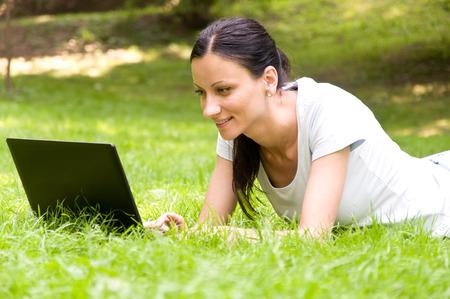 freiberufler: M�dchen freier Mitarbeiter ihren Job in den Park. die Freude und die Freude an der Arbeit Lizenzfreie Bilder