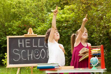 generosidad: niñas jugando al aire libre de la escuela. tanto que muestra algo mano