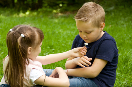 generosidad: girl and boy. small children spend time in nature. relationships between children