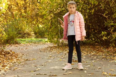 generosidad: el niño camina en el parque. caminar en otoño