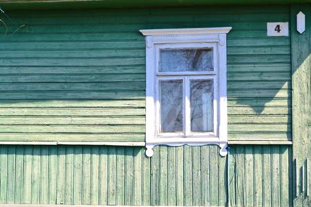Vintage raamstijl van traditioneel houten Russisch huis in dorp, close-up met kopieerruimte