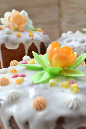 Easter cake with traditional polish decorations at background. Imagens