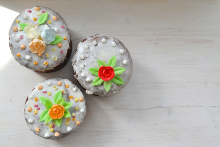 The traditional mix easter cakes on white wooden background top view with copy space Imagens