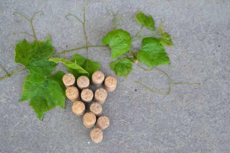 Grapes figure from the wine corks and vine on stone background. Copy space. Stockfoto - 129801314