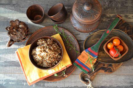 Buckwheat in bowl, rustic style on dark background. Flat lay Stockfoto - 132487717