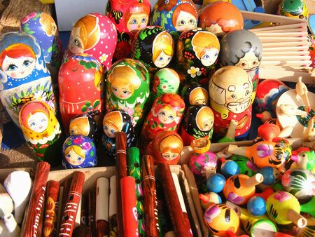 Russian wooden nesting dolls are displayed at a market Stockfoto - 132487739