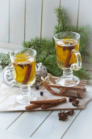 Mulled wine in bubs and Christmas decoration. Christmas spices and orange slices, anise, cinnamon sticks Stockfoto