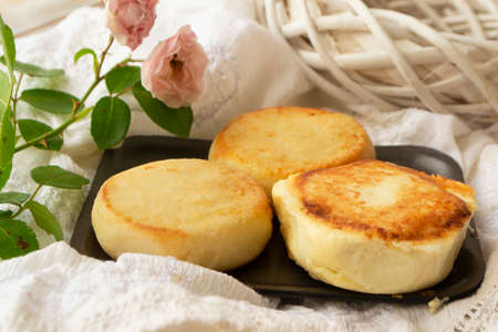 Quark cheese fried pancakes. Traditional russian sweet syrniki from farmer market Archivio Fotografico