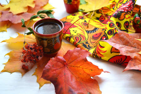 Russian khokhloma style, traditional wood painting handicraft souvenirs, coffee time and autumn decoration Archivio Fotografico