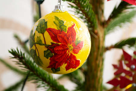Christmas tree in ecorations. New Year composition with spruce. Red christmas flower Poinsettia on joy close up Stockfoto