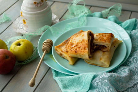 Apple cinnamon crepes. Pancakes with caramelized apples and cinnamon. Stockfoto