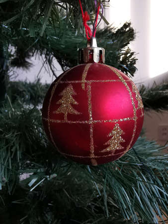 Christmas decoration- red glitter ball. Happy new year. Winter season. Nature background. Holiday xmas card. Decoration party. Xmas design. Greeting card. Standard-Bild - 136448271