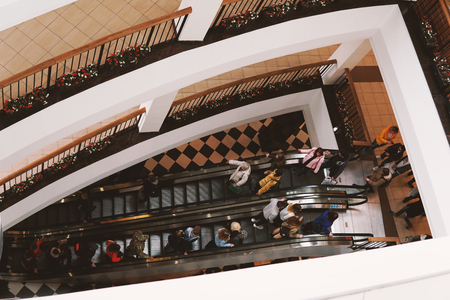 A crowd of people on the escalator in the shopping center. View from above. Imagens