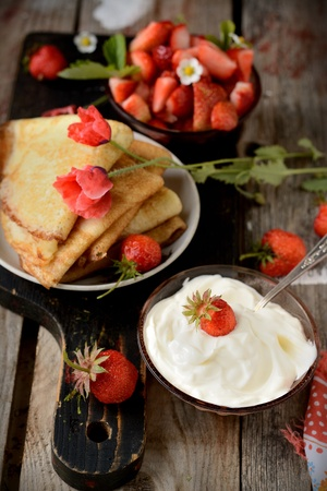 thin ice: Colorful view of a tasty pancake with ice cream, strawberries in rustic style