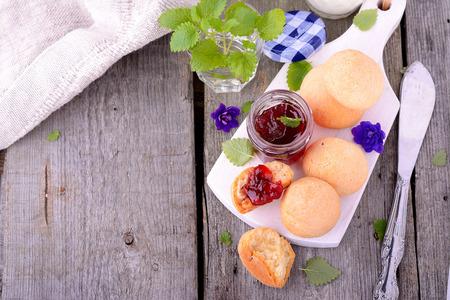Scone mit Erdbeermarmelade, Tee-Party, Nachmittagstee, Buttermilch Biskuits. Selektiver Fokus Standard-Bild - 32578416