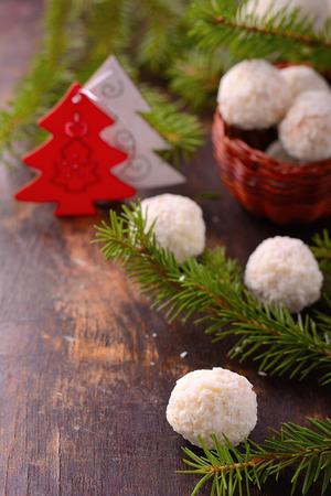 revestimientos: Dulces hechos en casa de chocolate de Navidad con revestimientos como el coco