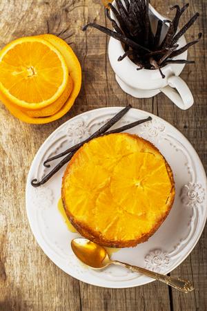 impregnated: Torta di arance in casa a testa in gi�. Con vaniglia naturale e miele. Messa a fuoco selettiva