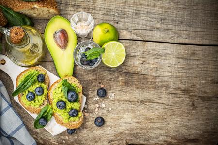 pain: Sandwiches � l'avocat, les bleuets et les �pinards sur un pain de grains sombres. Mise au point s�lective. Le concept de la nutrition.