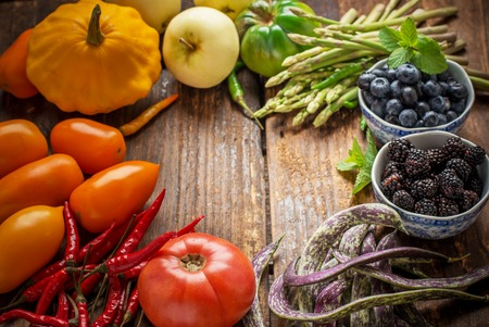 Colorful fresh vegetables of all colors on the wooden background. The concept of healthy nutrition efficiency. Selective focus. Top view 版權商用圖片 - 44050588