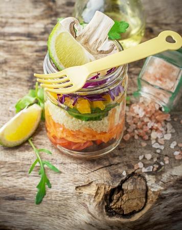 tomato  salad: ensalada de arco iris brillante de tomates, zanahorias, pimiento, col roja, r�cula y champi�ones con mantequilla sal y el mar Foto de archivo