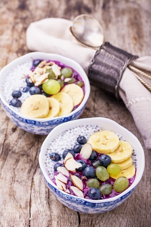 Breakfast smoothie bowl with fruits and granola. Selective focus 版權商用圖片 - 44347759