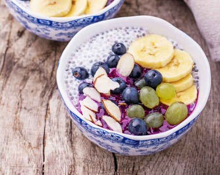 Breakfast smoothie bowl with fruits and granola. Selective focus 版權商用圖片 - 44347761