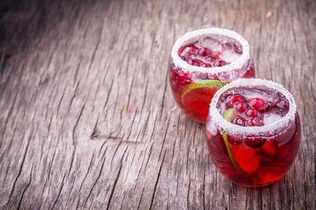 arandanos rojos: Cranberry Mojito en porciones en copas decoradas con coco. Enfoque selectivo