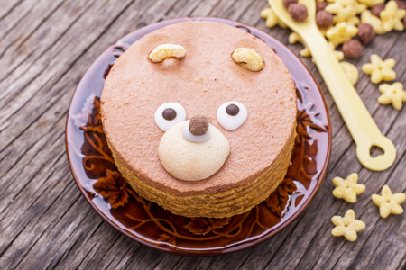 Cinnamon cake in the shape of a bear cub on a wooden table. Selective focus Standard-Bild