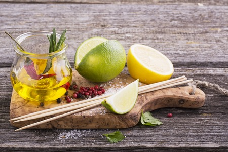 aceite de oliva: Los ingredientes para marinar la carne antes de la cocción o asado a la parrilla pinchos para el almuerzo picnic familiar verano fácil. El aceite de oliva, vinagre, soya, ajo, sal, pimienta, romero, limón adobo. Enfoque selectivo Foto de archivo