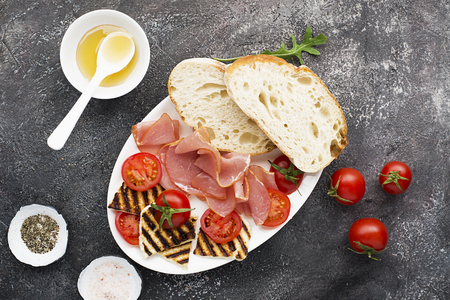 Halloumi cheese with bruschetta, tomatoes, prosciutto, honey, pine nuts. Healthy snack. Top View Imagens
