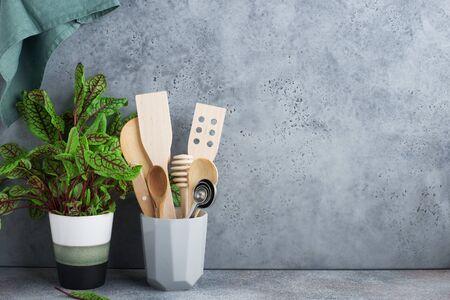 Mensola da cucina minimalista semplice. Posate, utensili da cucina, verdure in un bicchiere, frutta su sfondo chiaro. Stile scandinavo. Comfort domestico, Archivio Fotografico
