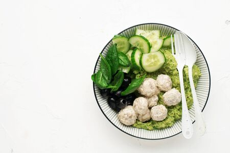 Keto paleo diet lunch, mashed broccoli with butter, meat balls in sour cream sauce, spinach, cucumber, olives. 版權商用圖片