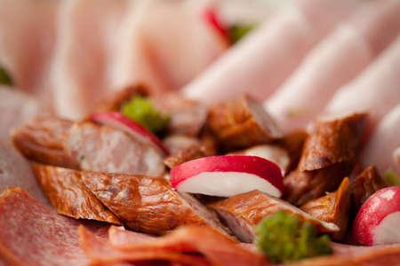 jamones: Conjunto de jamones deliciosos listos para comer con rojizo y el br?coli. Salami y otros