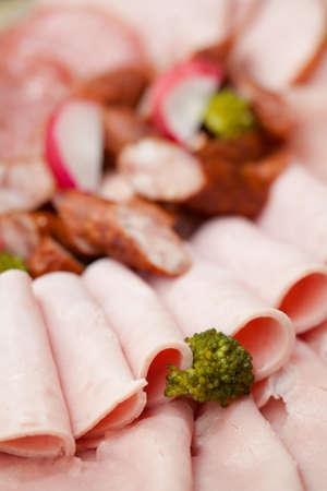 jamones: Conjunto de jamones deliciosos listos para comer con rojizo y el br�coli. Salami y otros