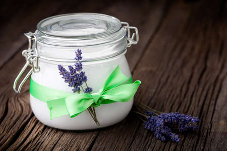 ラベンダー ・ ココナッツ オイル、アーモンド オイル、シアバターと手作りの DIY 自然ボディー バター 写真素材
