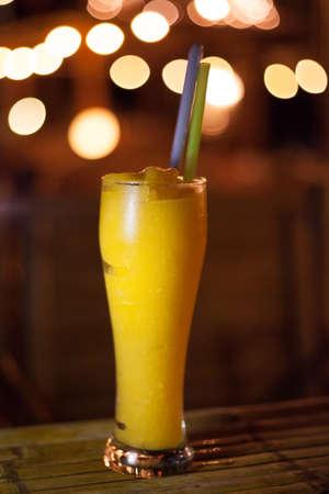 mango fruta: Hecho mango batido de fruta fresca con bokeh en backgrround. Tradicional copa de c�ctel tailand�s.